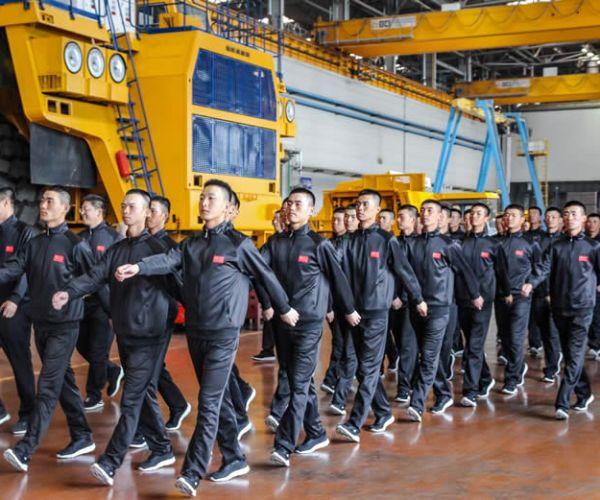 中国军人参观BELAZ公司