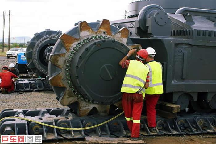 有正铲和反铲两种结构(也是目前市场上最大的反铲液压挖掘机),r9800图片